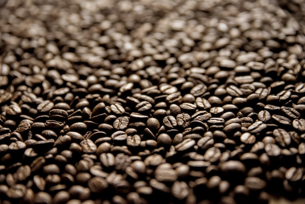 Closeup tiro de grãos de café com um fundo desfocado ótimo para segundo plano