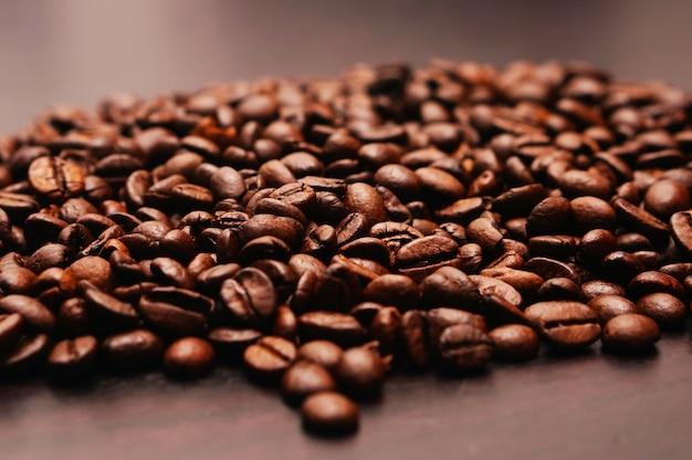 Closeup tiro de grãos de café em uma mesa de madeira