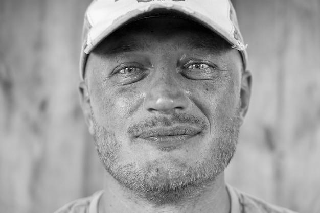 Closeup tiro de homem caucasiano em um boné. conceito de pessoas e estilo de vida. retrato de homem de meia-idade dentro de casa, preto e branco