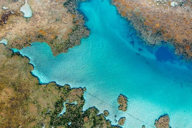Closeup tiro de ilhas e oceano de um mapa 3d na tela