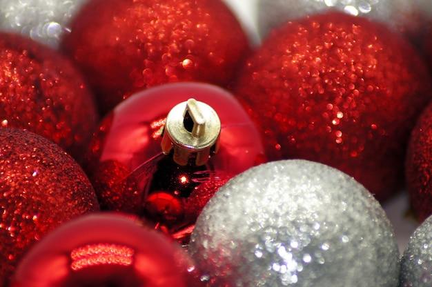Closeup tiro de lindos enfeites de natal