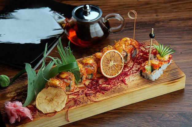 Closeup tiro de rolos de sushi