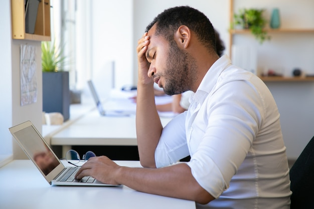 Closeup tiro de trabalhador de escritório cansado