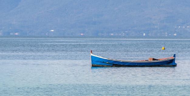 Closeup tiro de um barco de pesca em uma baía