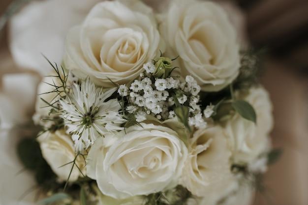 Closeup tiro de um buquê de flores de casamento branco