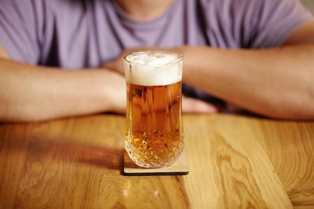 Closeup tiro de um copo de cerveja