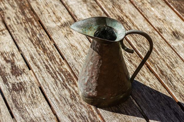 Closeup tiro de um jarro vintage em uma superfície de madeira