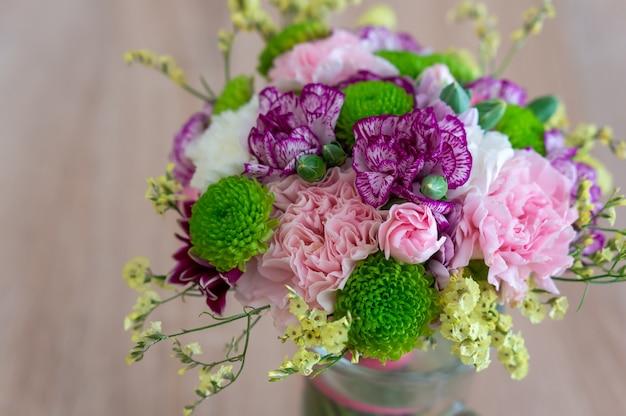 Closeup tiro de um lindo buquê de flores rosas brancas brilhantes