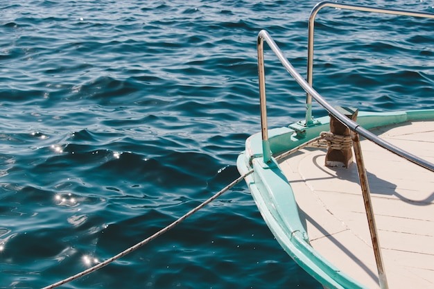 Closeup tiro de um navio navegando no mar calmo em um lindo dia