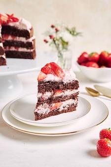 Closeup tiro de um pedaço de bolo delicioso de morango em um prato
