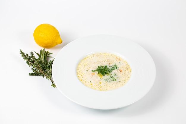 Closeup tiro de um prato com sopa branca com verduras