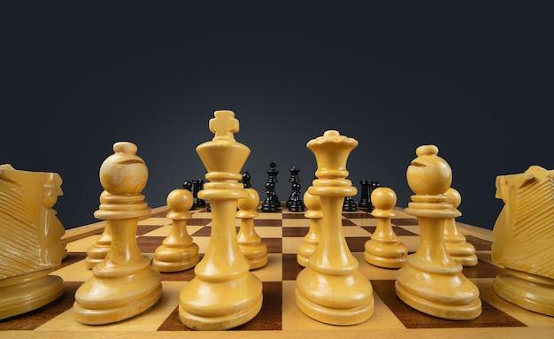 Closeup tiro de um tabuleiro de xadrez feito de peças marrons e pretas