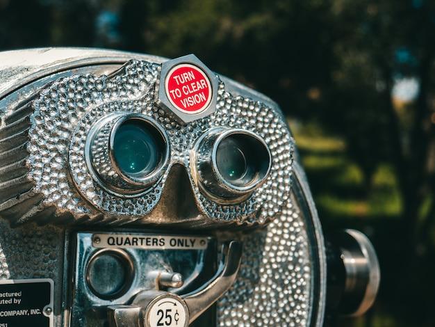 Closeup tiro de um telescópio de visualização cinza em um parque
