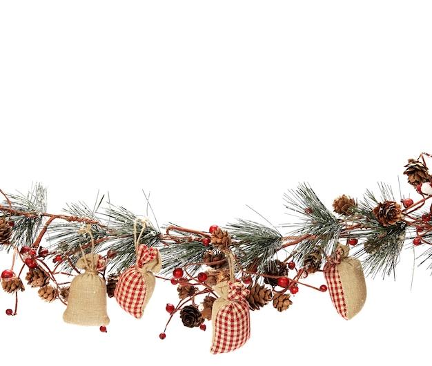 Closeup tiro de uma decoração de natal em um fundo branco
