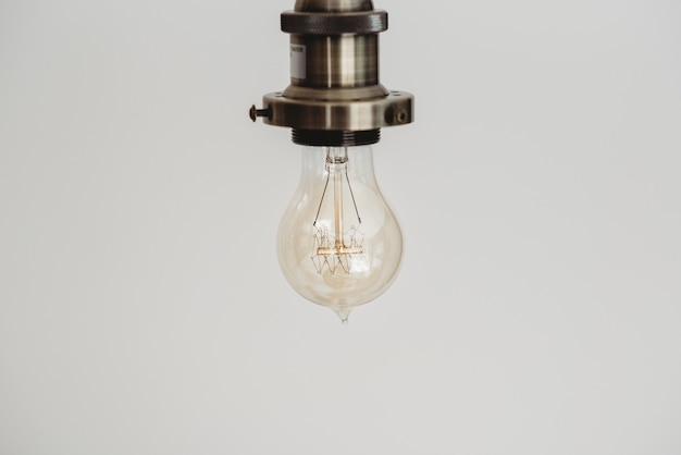 Closeup tiro de uma lâmpada em um branco