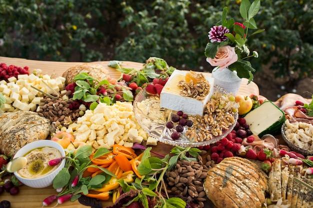 Closeup tiro de uma mesa de banquete com vários alimentos