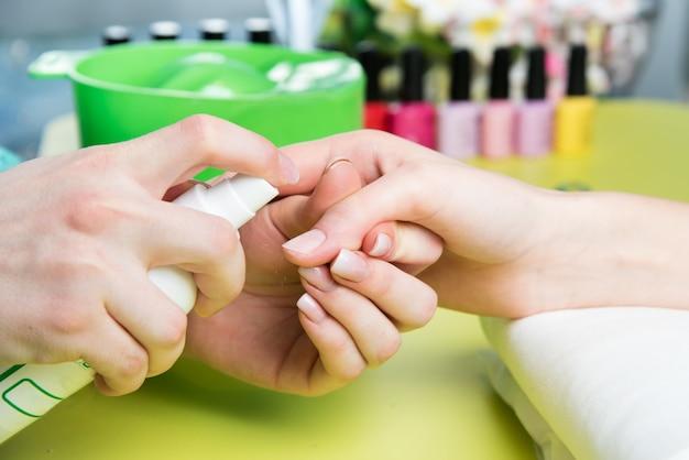 Closeup tiro de uma mulher em um salão de beleza recebendo uma manicure