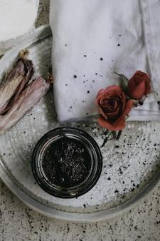 Closeup tiro de uma panela de cerâmica com ingredientes e uma colher com farinha ao redor