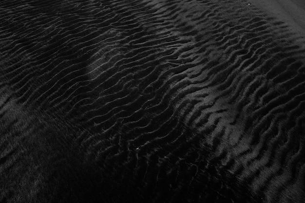 Closeup tiro de uma textura de veludo preto perfeita para usar como pano de fundo