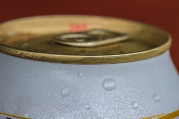 Closeup tiro do anel de tração em uma lata de bebida