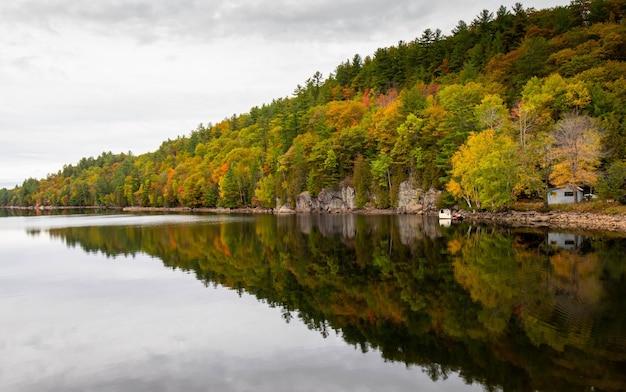 Closeup tiro do lago muskoka em ontário, canadá