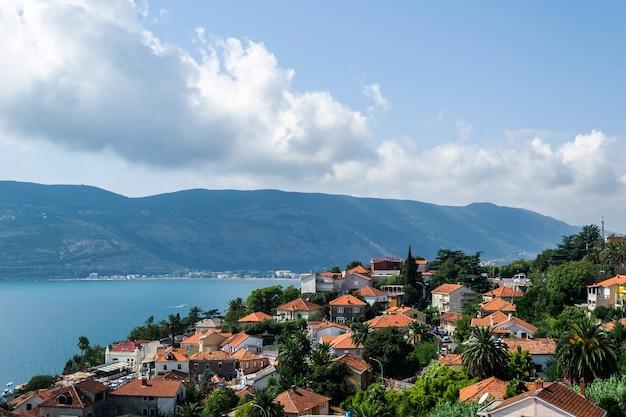 Closeup tiro do mar e da paisagem urbana no sopé das montanhas na costa em um dia ensolarado
