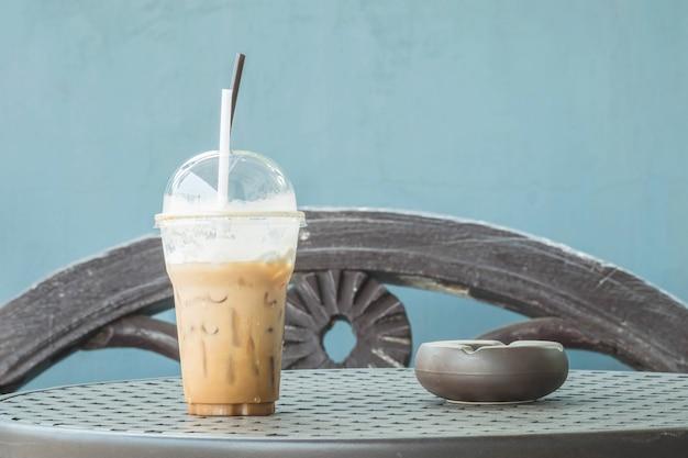 Closeup um copo de café na mesa