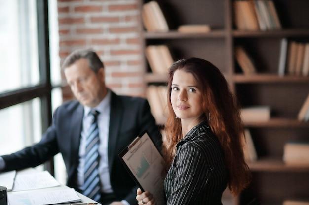 Closeup.um funcionário da empresa com documentos financeiros no escritório
