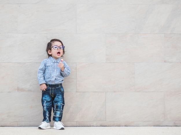 Closeup uma criança com doces na textura da parede de mármore