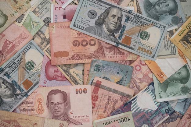 Closeup variedade de notas em todo o mundo.