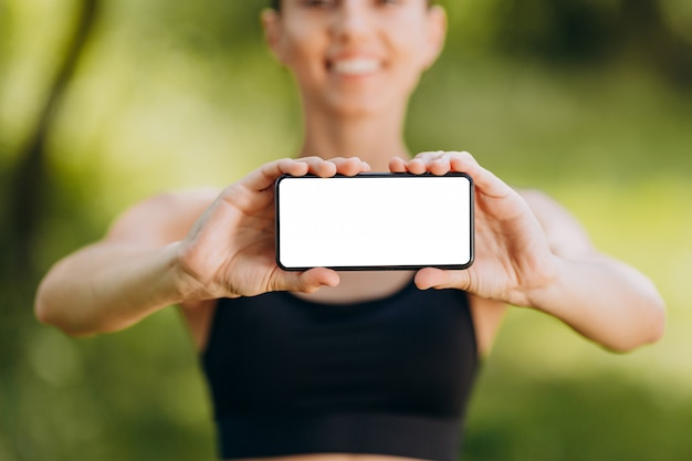 Closeup vazio em branco tela branca nas mãos femininas.