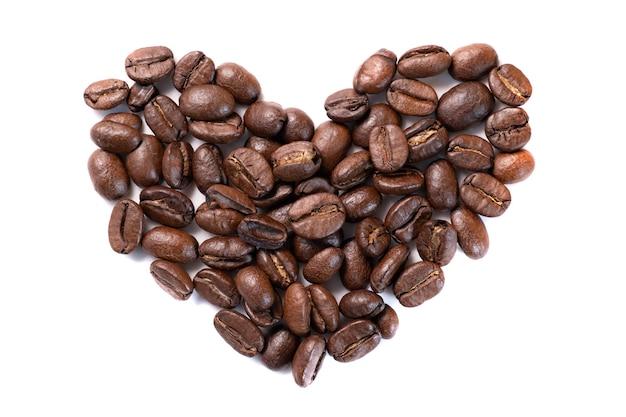 Closeup vista de alto ângulo de grãos de café em forma de coração isolada