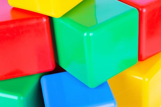 Closeup vista de cubos coloridos de plástico
