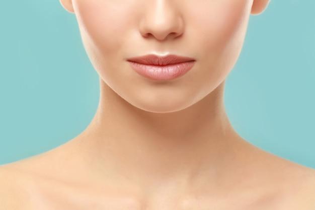 Closeup vista de mulher jovem e bonita com maquiagem natural para os lábios