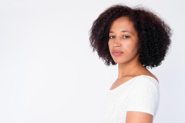 Closeup vista de perfil de uma bela jovem africana olhando para a câmera