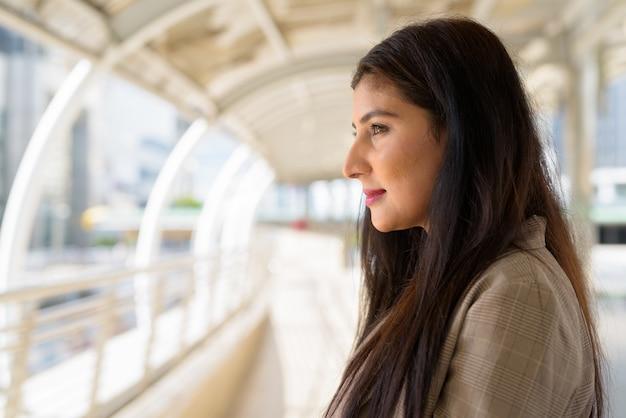 Closeup vista de perfil de uma bela jovem empresária indiana na passarela da cidade