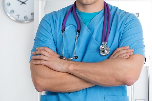 Closeup vista de um médico em pé com os braços cruzados no peito
