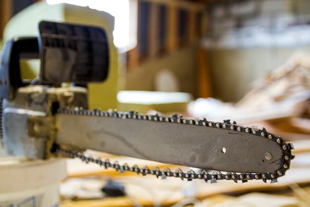 Closeup vista de uma barra de motosserra e corrente de corte no canteiro de obras
