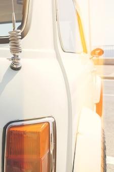 Closeup vista do carro vintage retrô com efeito de vazamento de luz