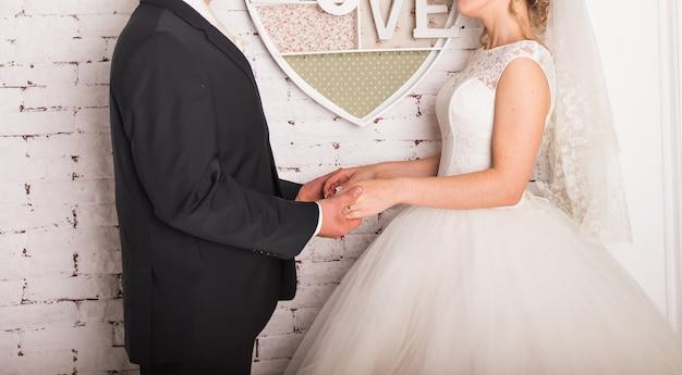 Closeup vista do casal de mãos dadas.