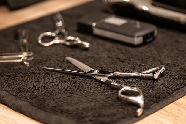 Closeup vista do equipamento de barbearia na toalha de algodão