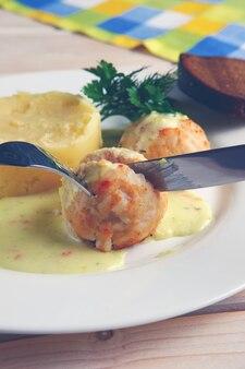 Closeup vista do prato com almôndegas e purê de batata