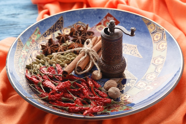 Closeup vista do prato com especiarias orient na mesa
