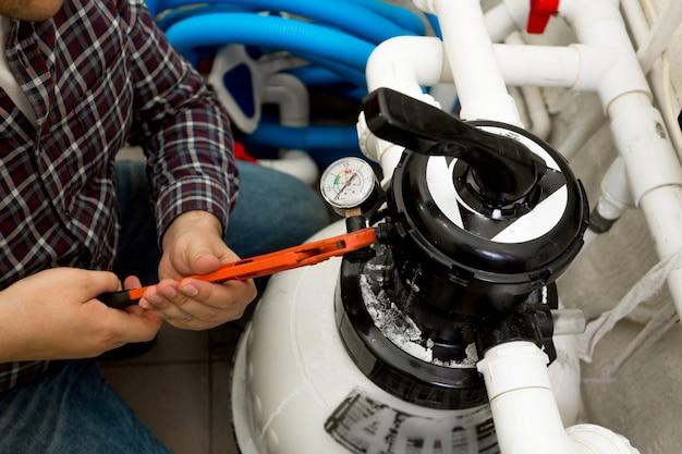 Closeup vista do trabalhador braçal instalando o manômetro no sistema de alta pressão