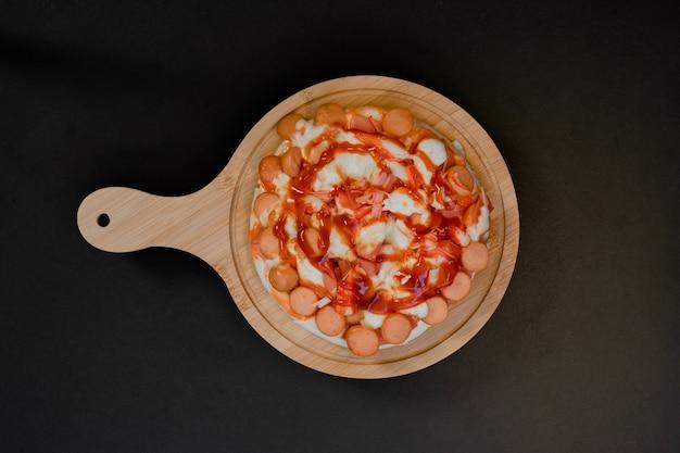 Closeup vista superior de pizza em uma bandeja de madeira