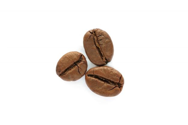 Closeup vista superior isolada de grãos de café