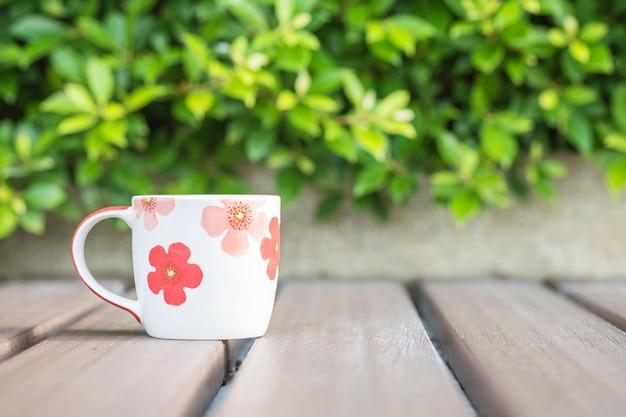 Closeup xícara de café na mesa de madeira