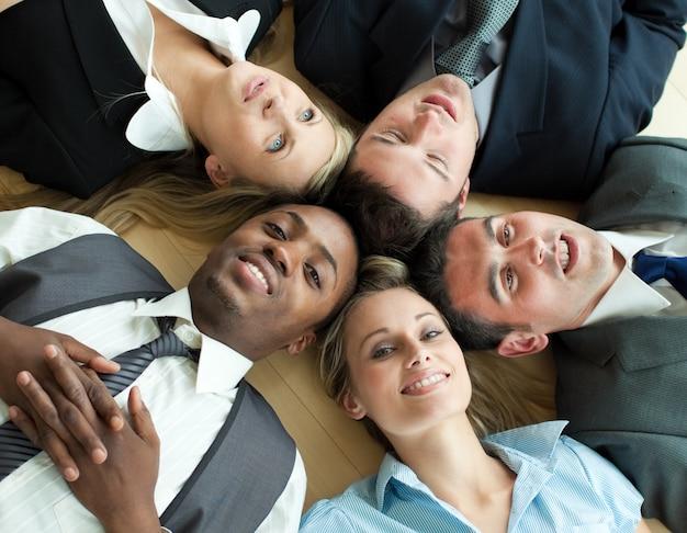 Closse-up de pessoas de negócios deitado em um círculo no chão