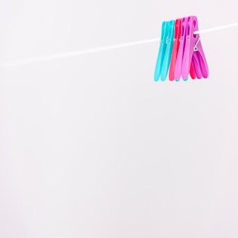 Clothes-pins pendurado no varal branco