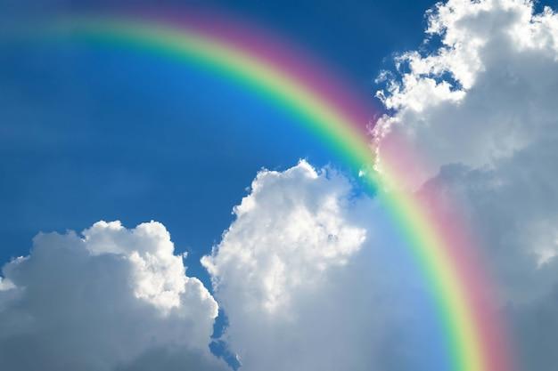 Cloudscape arco-íris do céu natural com céu azul e nuvens brancas